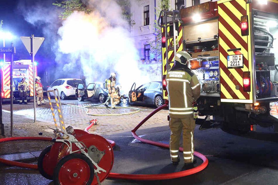 Die Kameraden der Wache Albertstadt konnten einen Totalschaden an den Luxus-Limousinen nicht mehr verhindern.