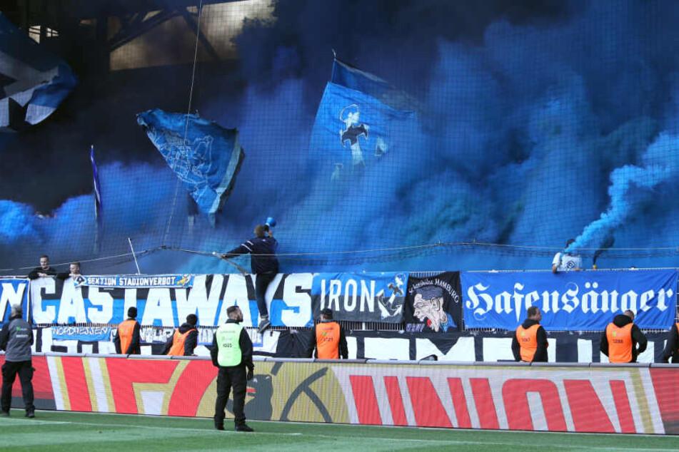 HSV-Fans zünden blau-qualmende Pyro-Technik bei einem Auswärtsspiel. (Archivbild)