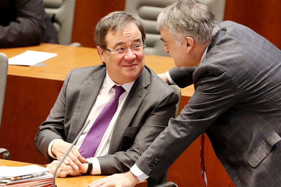 Ministerpräsident Armin Laschet (li.) und Innenminister Herbert Reul beraten sich im Düsseldorfer Landtag.