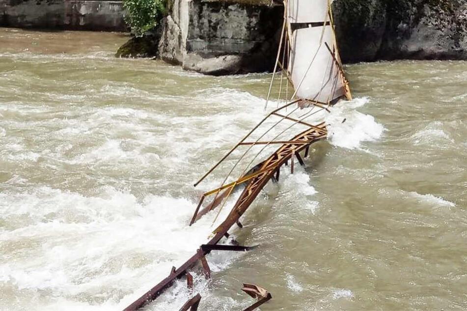 Brücke stürzt in sich zusammen: Mehrere Tote!