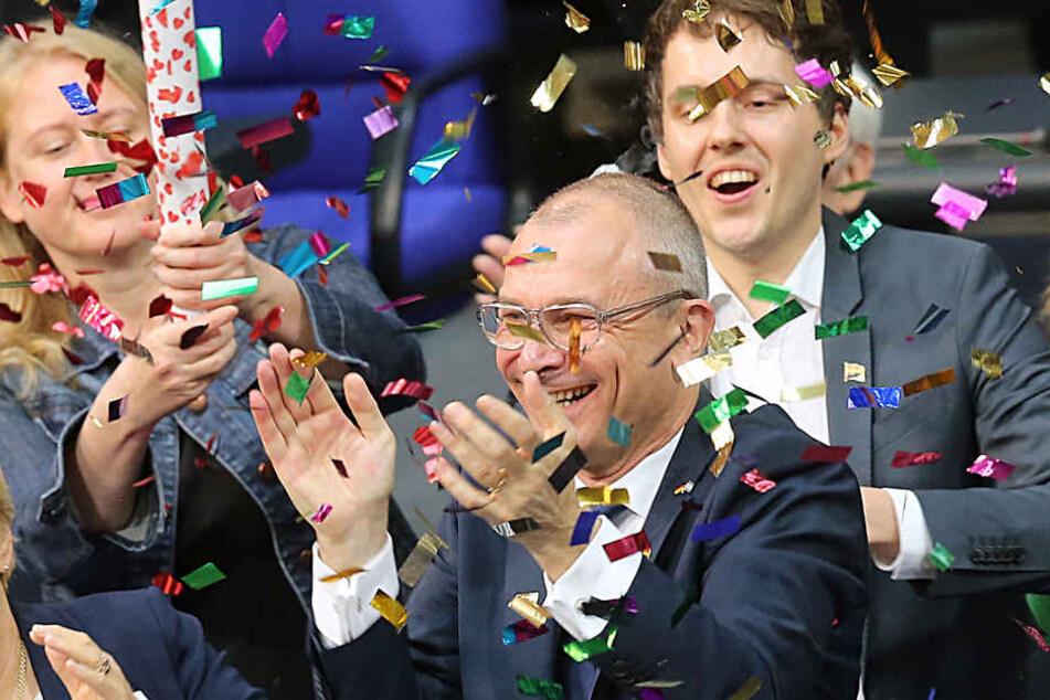 Mit Regenbogen-Konfetti feierten die Abgeordneten von Bündnis 90/Die Grüne die Entscheidung im Bundestag.