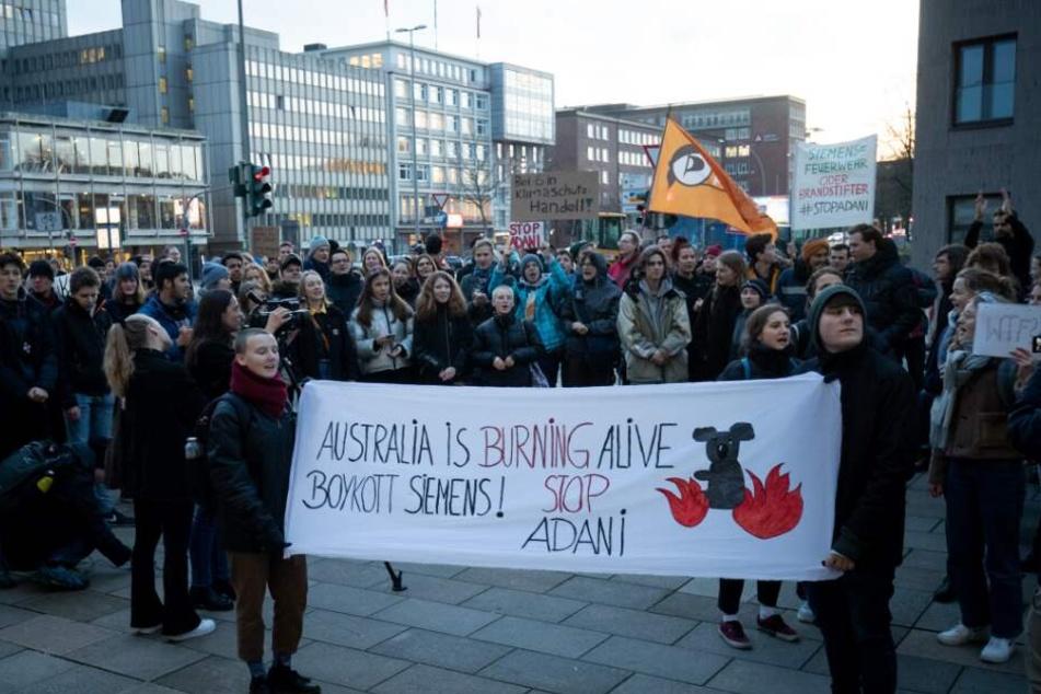 Die Demonstrierenden hatten sich als Reaktion auf die Siemens-Entscheidung zu Kundgebungen an verschiedenen Standorten in Deutschland verabredet.