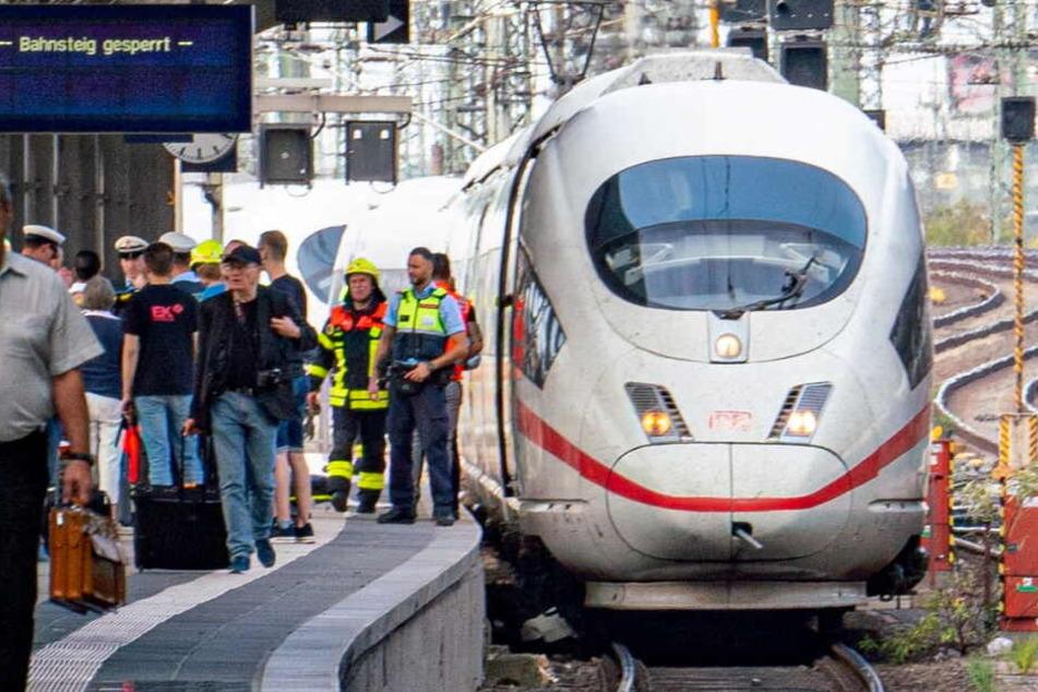 Ein ICE steht auf Gleis 7 des Frankfurter Hauptbahnhofes.