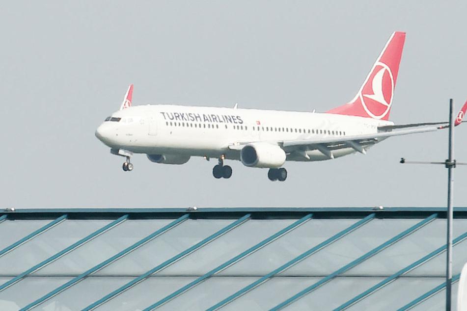 Nach einem Drohanruf musste die Polizei in Köln ein türkisches Passagierflugzeug räumen.