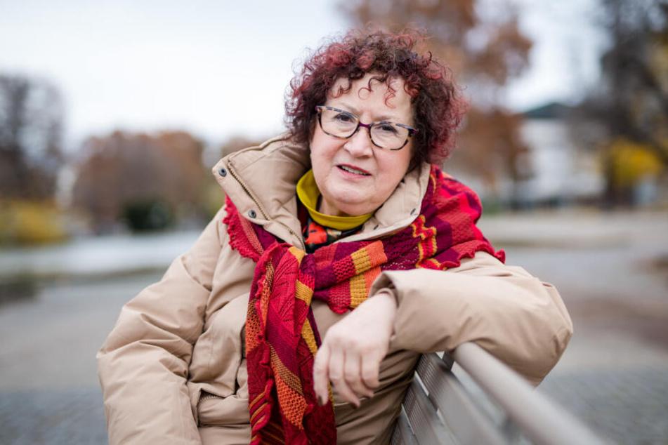 Gerlinde Kretschmann sitzt auf einer Bank auf dem Schlossplatz.