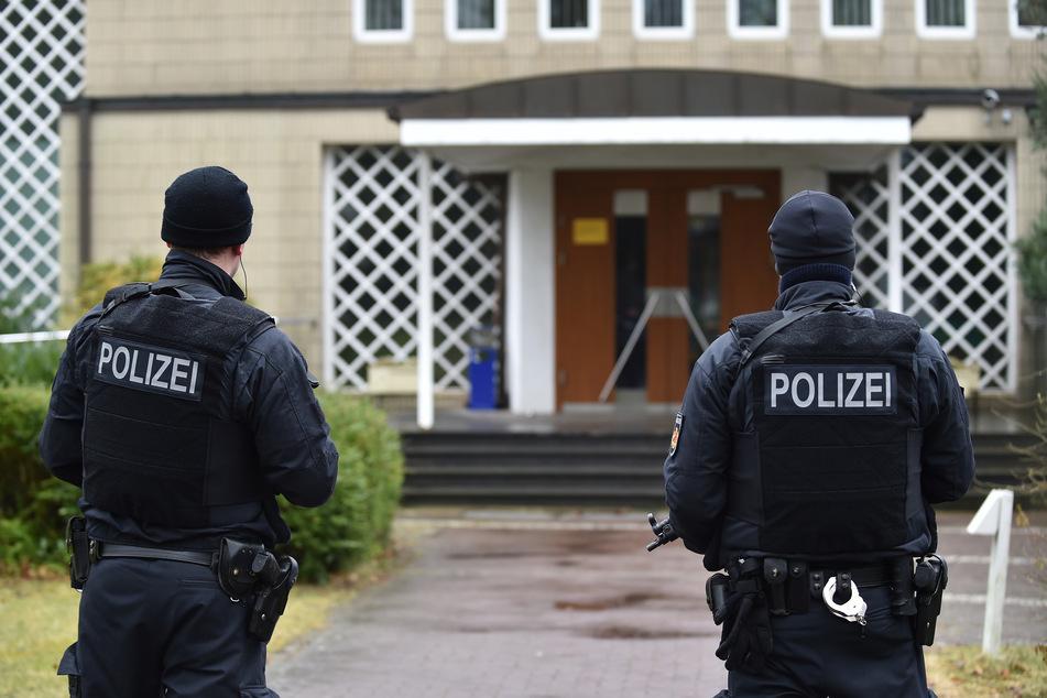 Polizisten bewachen eine Synagoge in Bremen. Womöglich haben die Beamten einen Anschlag vereitelt. (Archivbild)