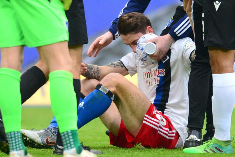 Der verletzte Adrian Fein wird im Stadion versorgt.