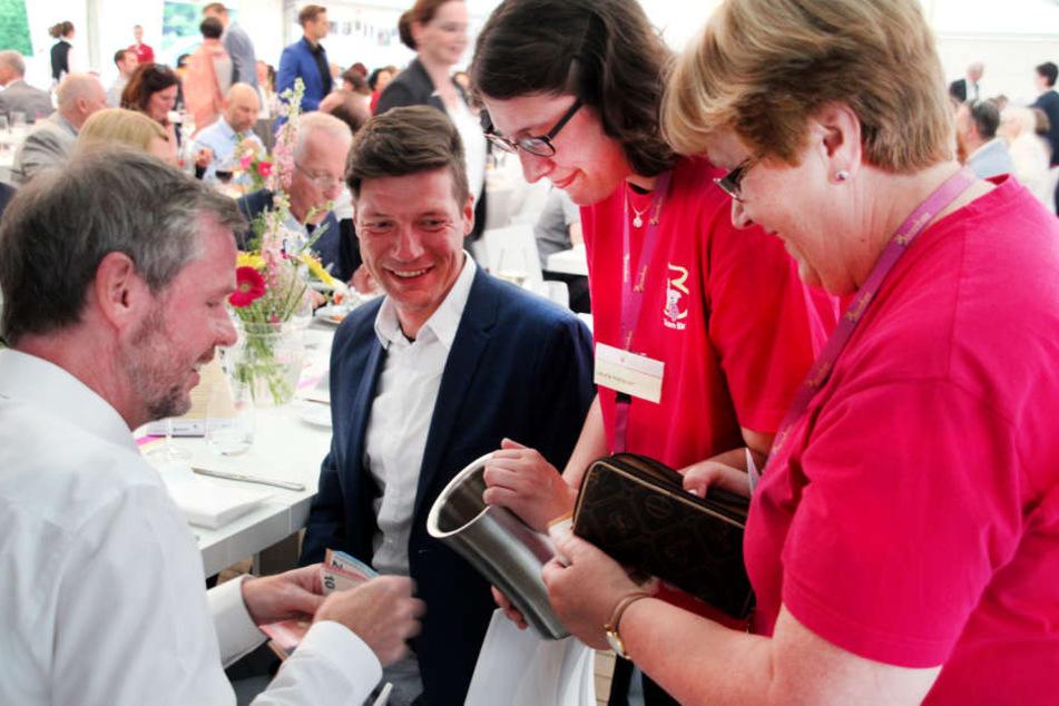 Beim Verkauf der Tombola-Lose: Jens Kesseler, Lars Dietterle und die ehrenamtlichen Bärenherz-Mitglieder Laura Herkner und Irene Krapf.