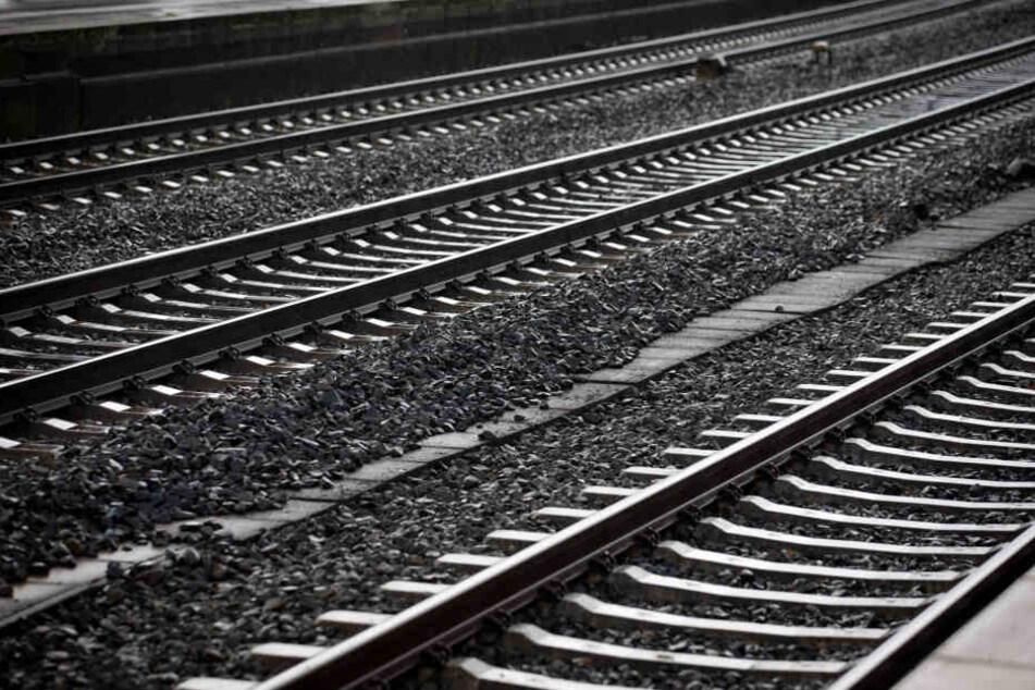 Der Mann legte sich stark betrunken auf die Gleise. (Symbolbild)