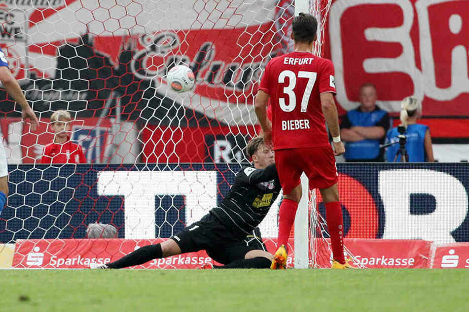 Ein Bild mit Symbolcharakter. Philipp Klewin streckt sich vergeblich nach dem Ball. Erfurt kassiert das 0:1.