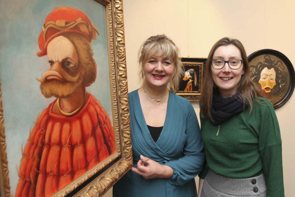 """Museumsmitarbeiterin Stefanie Gebler (34) und Anke Doepner, Geschäftführerin von """"interDuck"""", zeigen das Enten-Porträt des sagenumwobenen Piraten Störtebeker."""