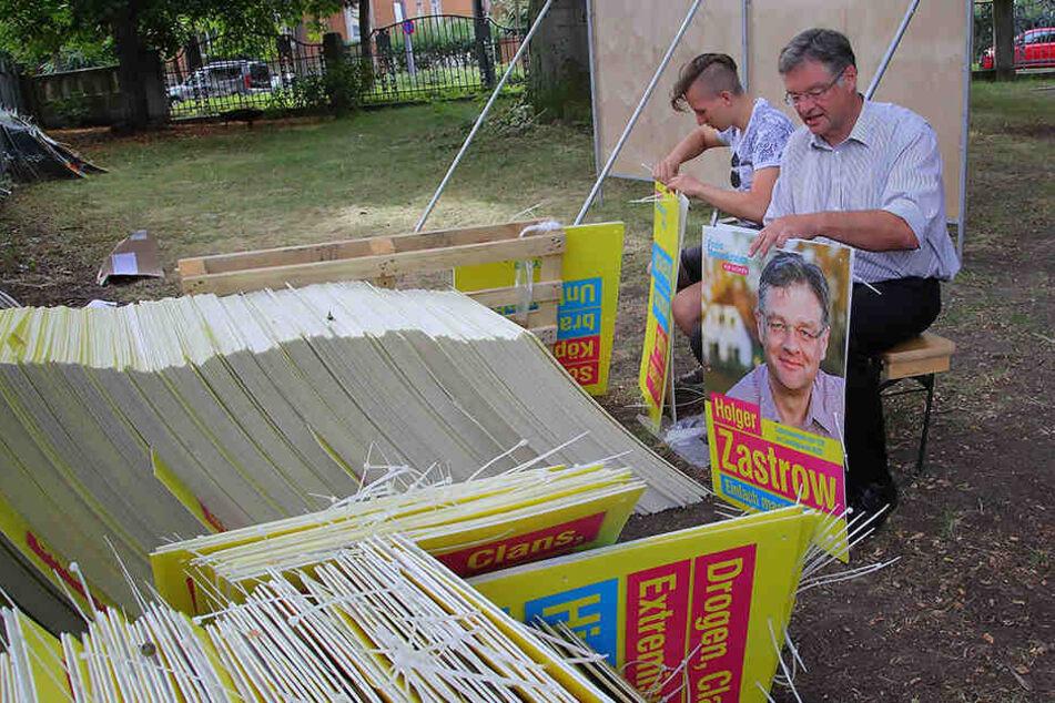 Selbst ist der Mann. Zastrow knüppert seine eigenen Wahlplakate.
