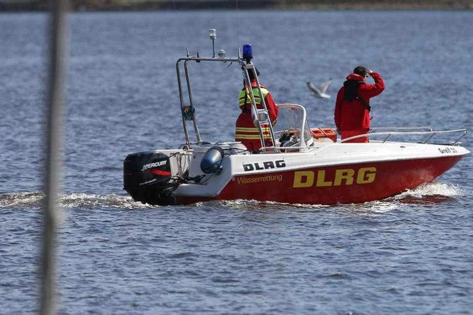 Rettungsschwimmer der DLRG bargen die in Seenot geratenen Menschen von ihrem brennenden Boot.
