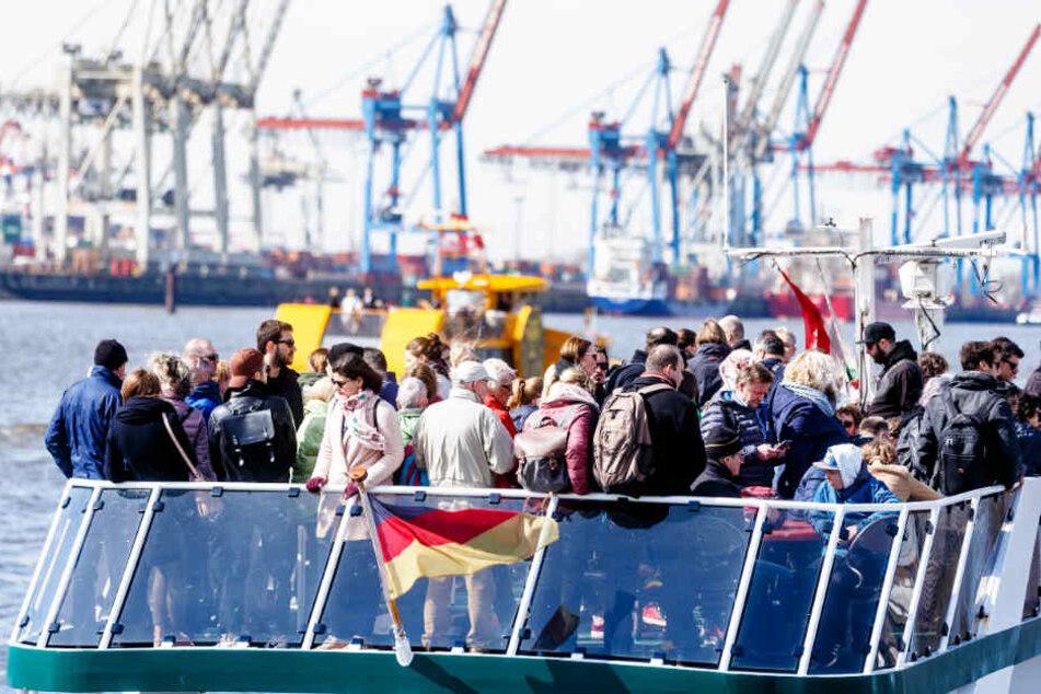 Viele Hamburger und Touristen genießen gerne den Ausblick bei der Fahrt mit der HVV-Fähre durch den Hafen (Archivbild).