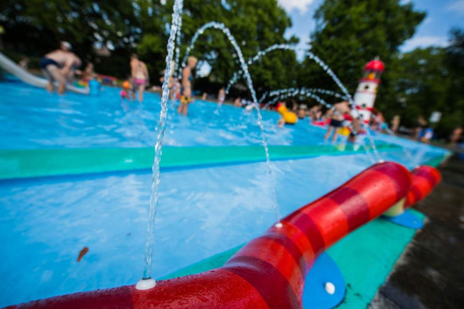 Im Sommer wird die Traglufthalle über dem Becken des Mombacher Schwimmbads entfernt.