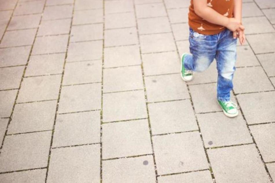Das Kind war plötzlich auf die Straße gerannt. (Symbolbild)