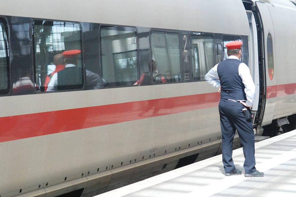 Ein 24-Jähriger klaute am späten Dienstagabend die Geldbörse einer Zugbegleiterin.