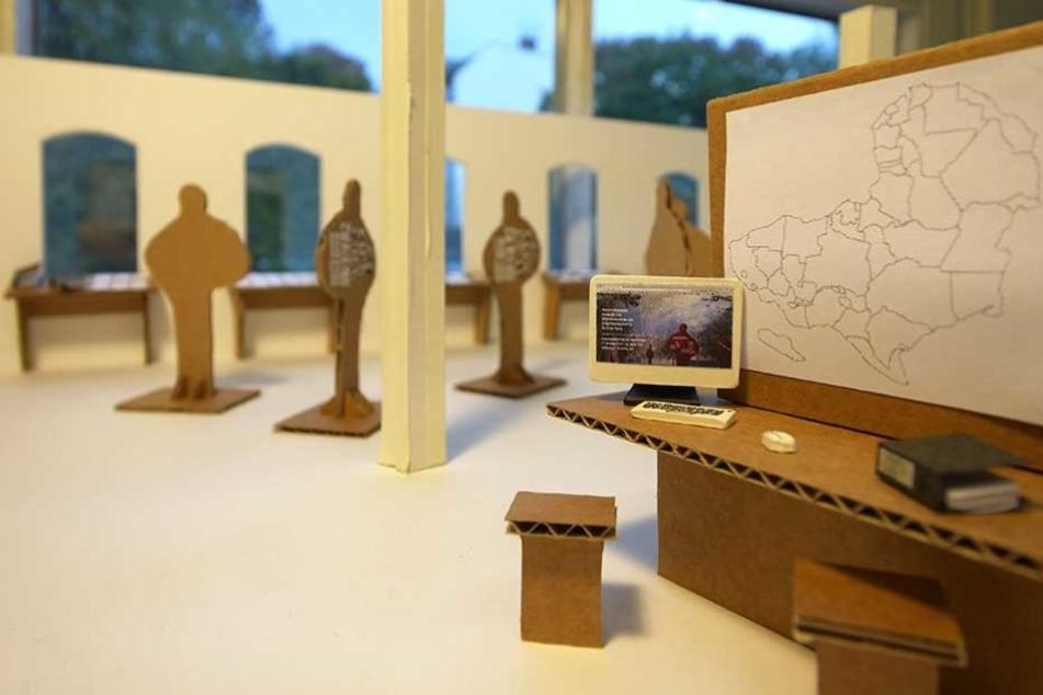 Die Pappfiguren stehen symbolisch für die Dealer, die die Geschichte ihrer Flucht erzählt haben.