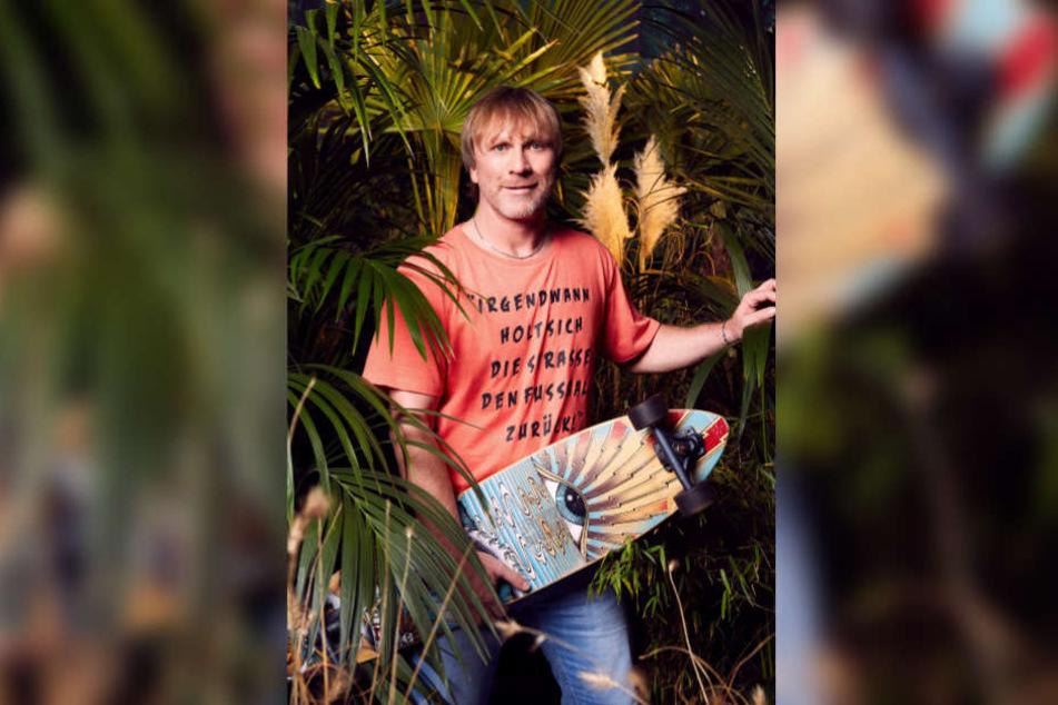 Das Longboard soll Ansgar Brinkmann im Dschungel Glück bringen.