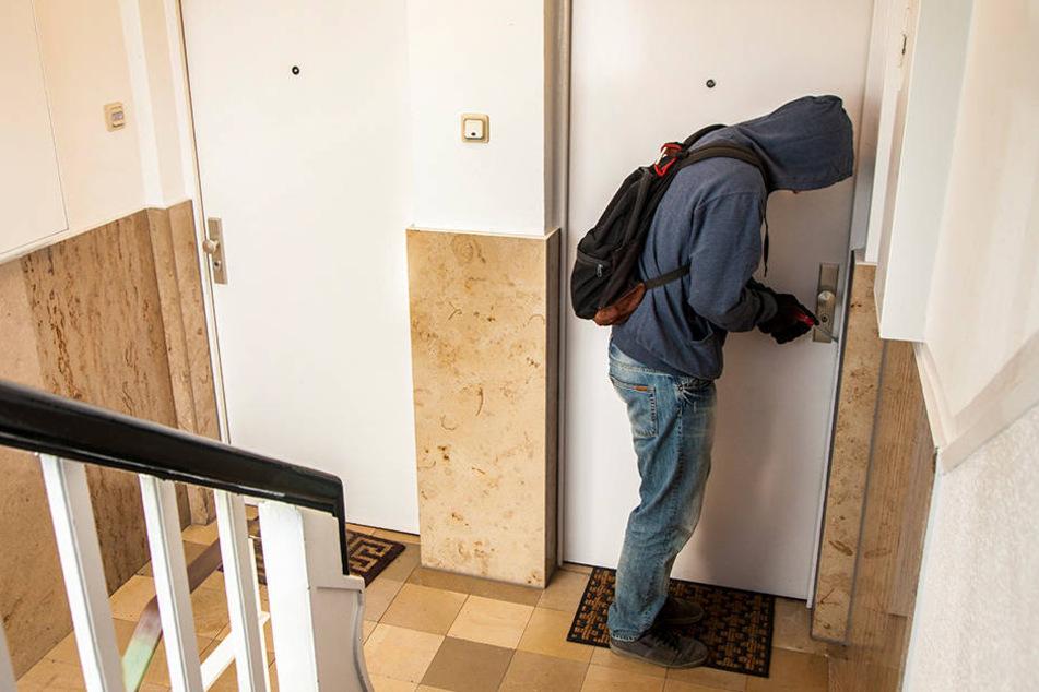 Auf einmal stand ein unbekannter Mann in dem Schlafzimmer einer 29-jährigen Frau. (Symbolbild)
