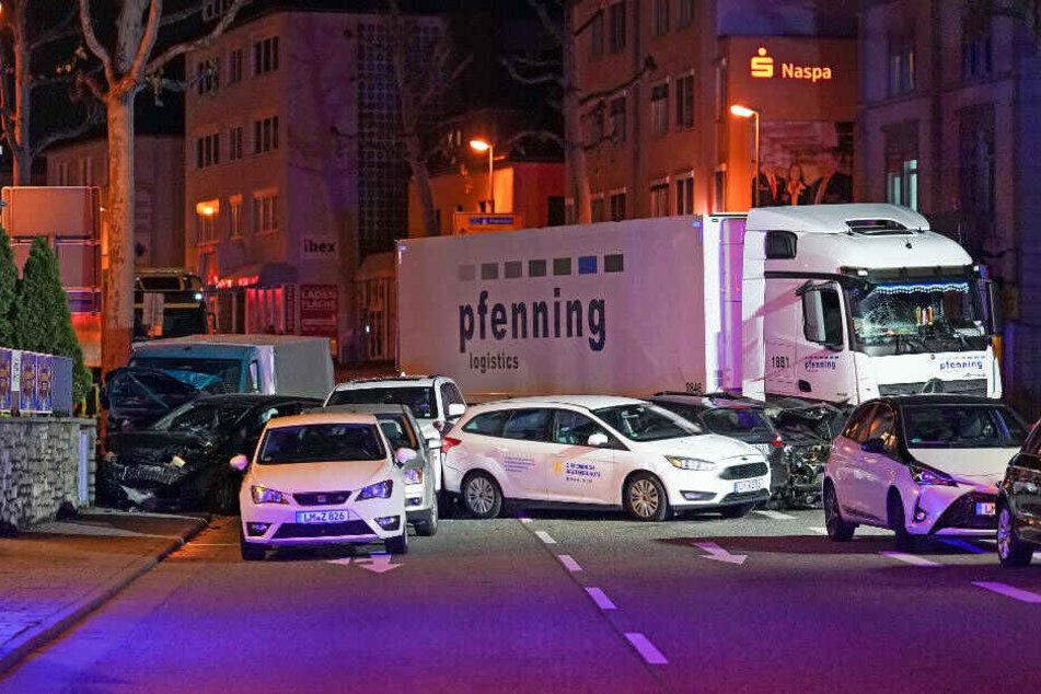 Ein Lastwagen ist im hessischen Limburg auf mehrere vor einer roten Ampel vor dem Landgericht stehende Fahrzeuge aufgefahren.