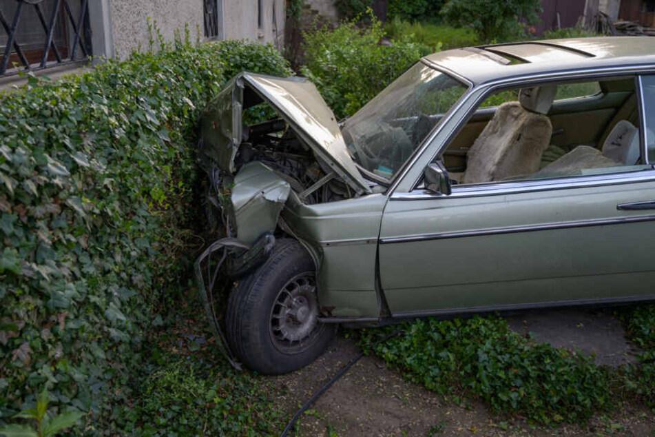 Der Wagen wurde durch den Aufprall komplett verformt.