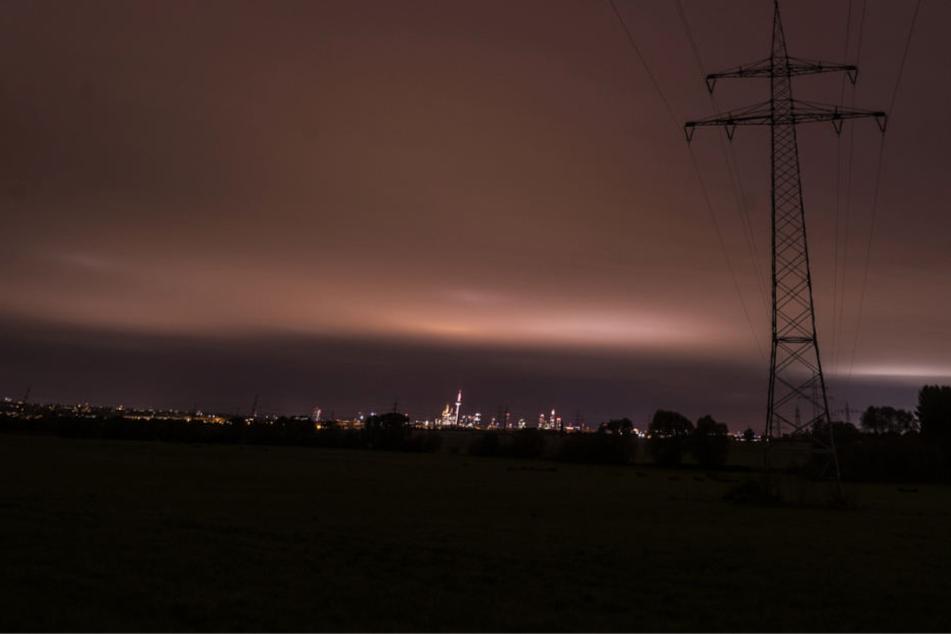 In der Nacht glühten die Wolken über Frankfurt am Main.