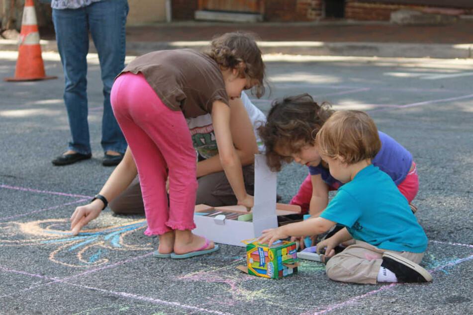 Kinder fassen beim Spielen alles an und kommen dabei mit vielen Keimen in Berührung.