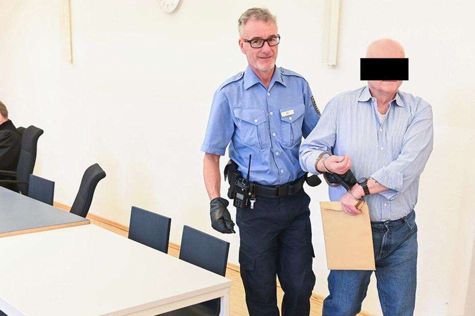 Koks-Opa Christian K. (76) hatte den Stoff in der Brotbüchse versteckt. Er wurde noch auf dem Hauptbahnhof verhaftet, muss jetzt hinter Gitter.