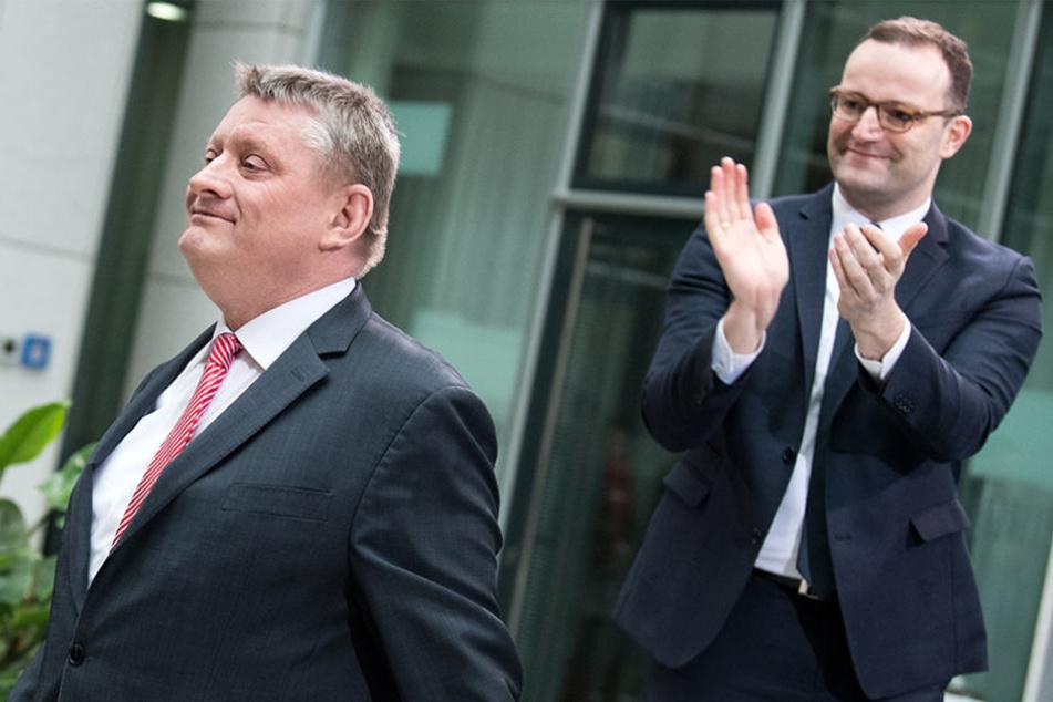 Gesundheitsminister Jens Spahn (39, CDU) applaudiert seinem Amtsvorgänger Hermann Gröhe (57, CDU).