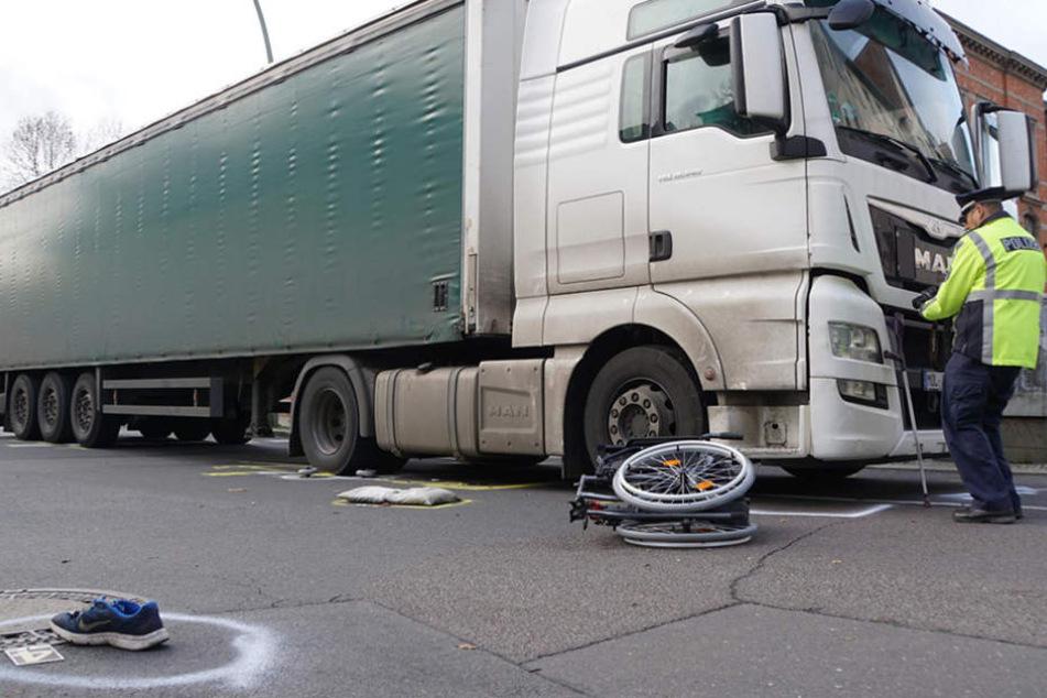 Die Polizei dokumentiert den Tatort mit einer Kamera.