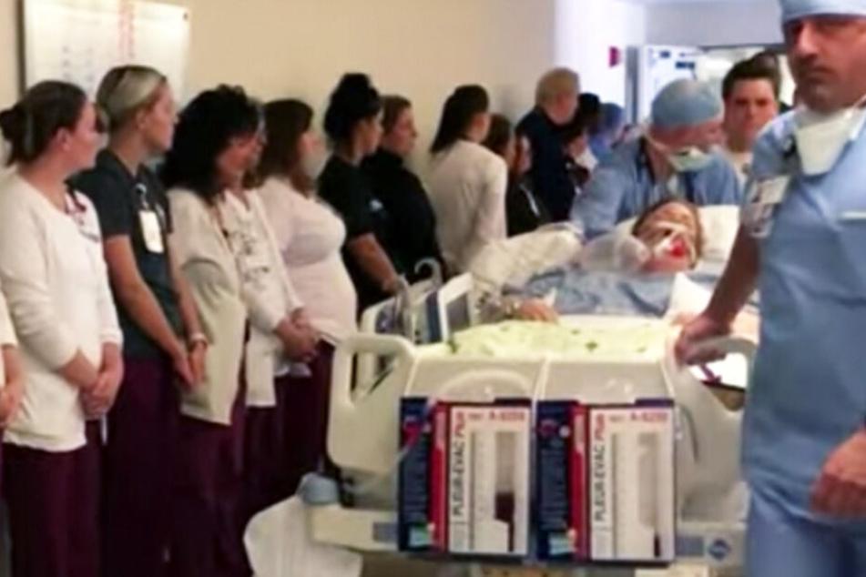 Alle weinen! Hier wird tote Kollegin an den Mitarbeitern eines Krankenhauses vorbeigeschoben