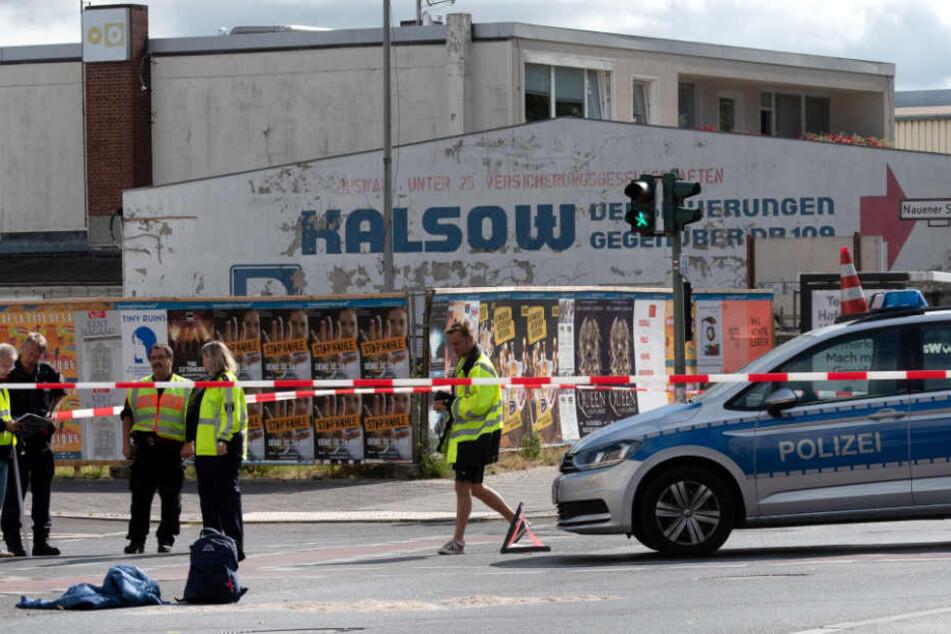 Schwerer Unfall in Spandau: Junge (8) von Lkw auf Radweg überrollt und getötet