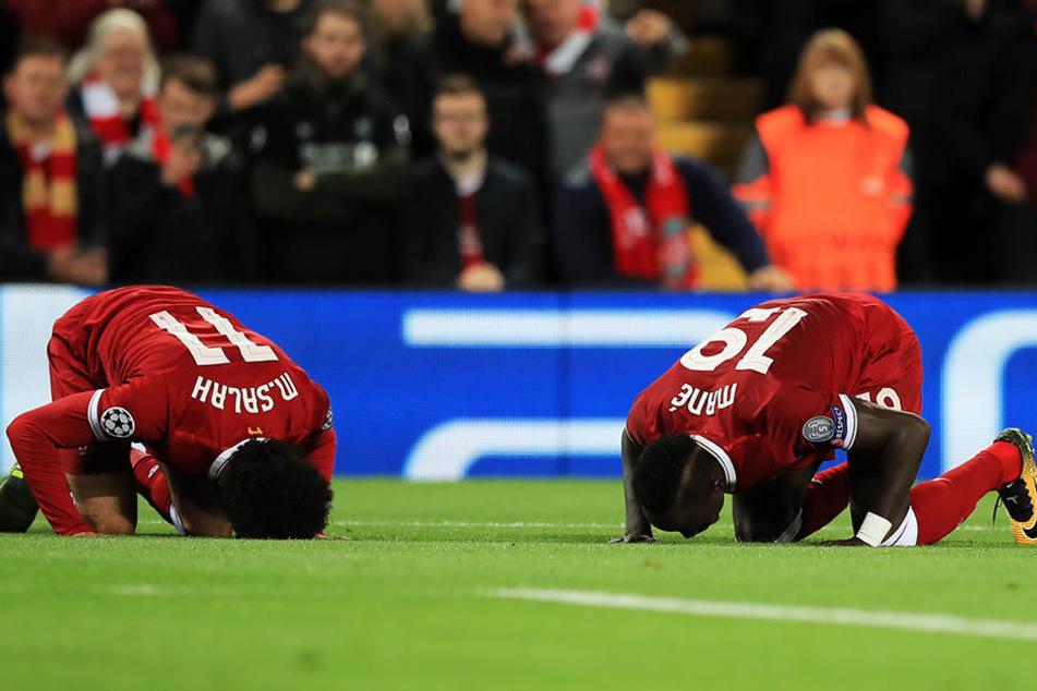 Gebet auf dem Spielfeld: Mohamed Salah (l.) und Sadio Mané (l.)
