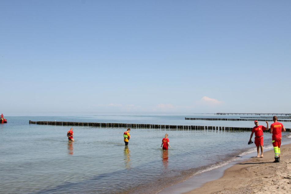 DLRG-Mitglieder und Feuerwehr suchen im Wasser und am Strand nach weiterem Phosphor.