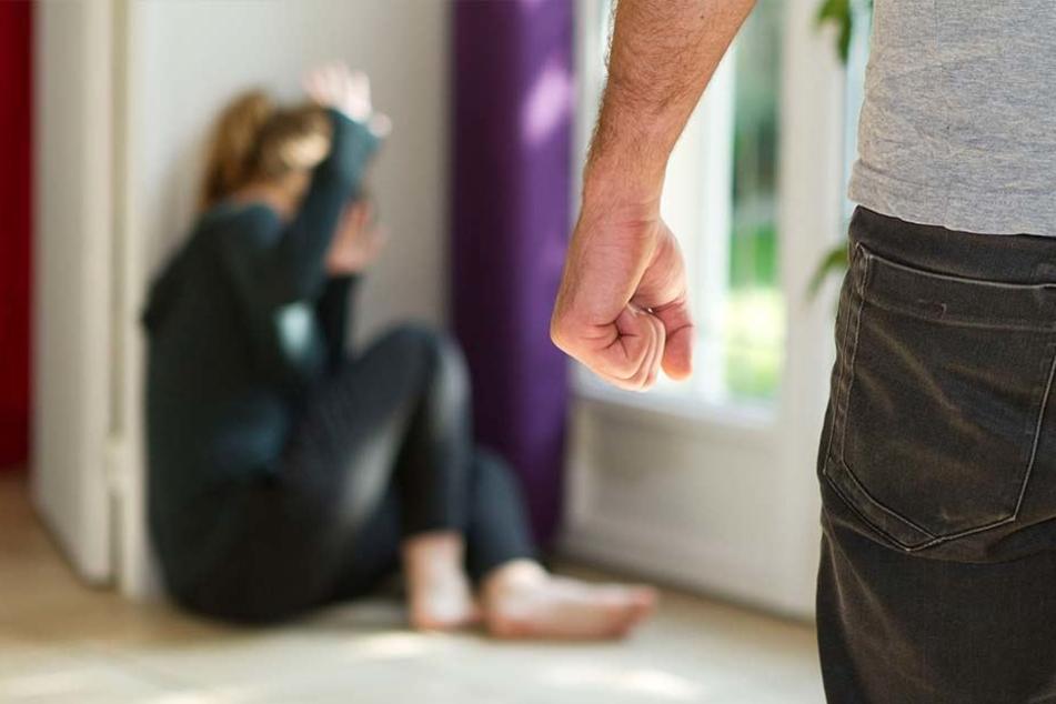 Immer wieder soll die damals 23 Jahre alte Frau über einen Zeitraum von mehreren Monaten misshandelt worden sein. (Symbolbild)