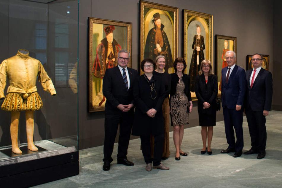 Gemeinsam mit Persönlichkeit aus Kunst und Medien feierten Stanislaw Tillich (57, 2. v. r.) und Eva-Maria Stange (60, m.) im Dresdner Residenzschloss.