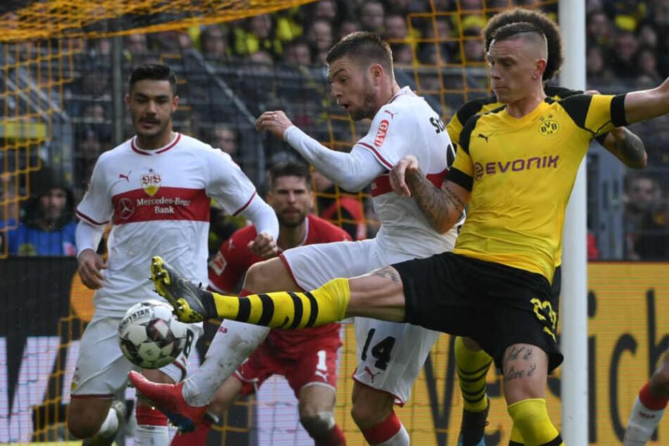 BVB-Rechtsverteidiger Marius Wolf (r.) und VfB-Mittelfeldmann Alexander Esswein (l.) im Zweikampf.