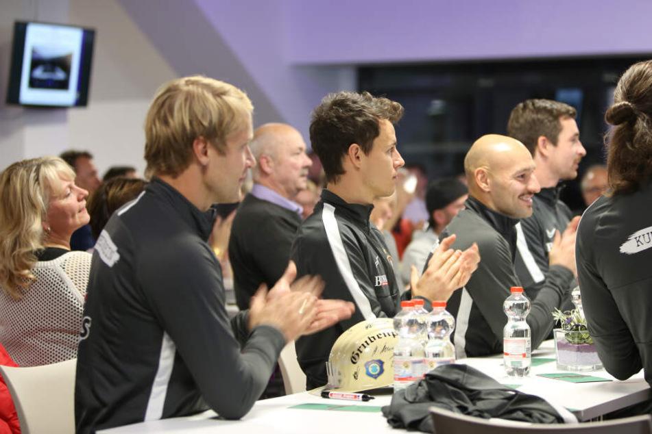 Von den Auer Profis wie hier Jan Hochscheidt (l.) und Clemens Fandrich gab es für die Rede von Boss Helge Leonhardt Applaus.