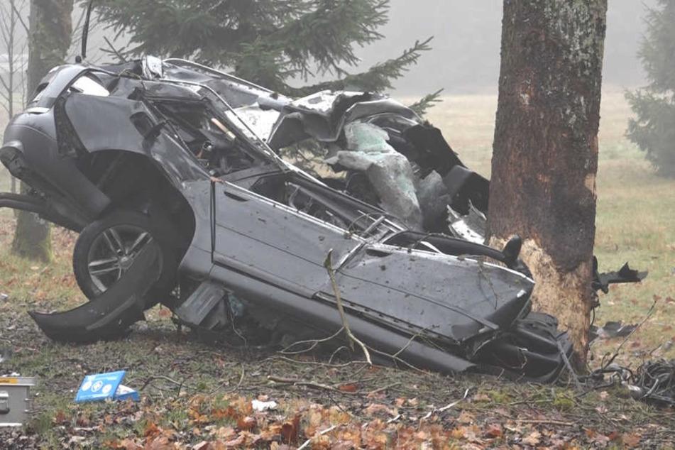Frontal stieß der Autofahrer gegen den Baum. Das Fahrzeug wurde komplett demoliert, der Mann verstarb noch am Unfallort.