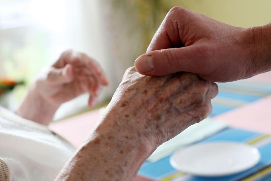 In vier sächsischen Alten- und Pflegeheimen wurde ein Aufnahmestopp verhängt. Grund ist der akute Fachkräftemangel.