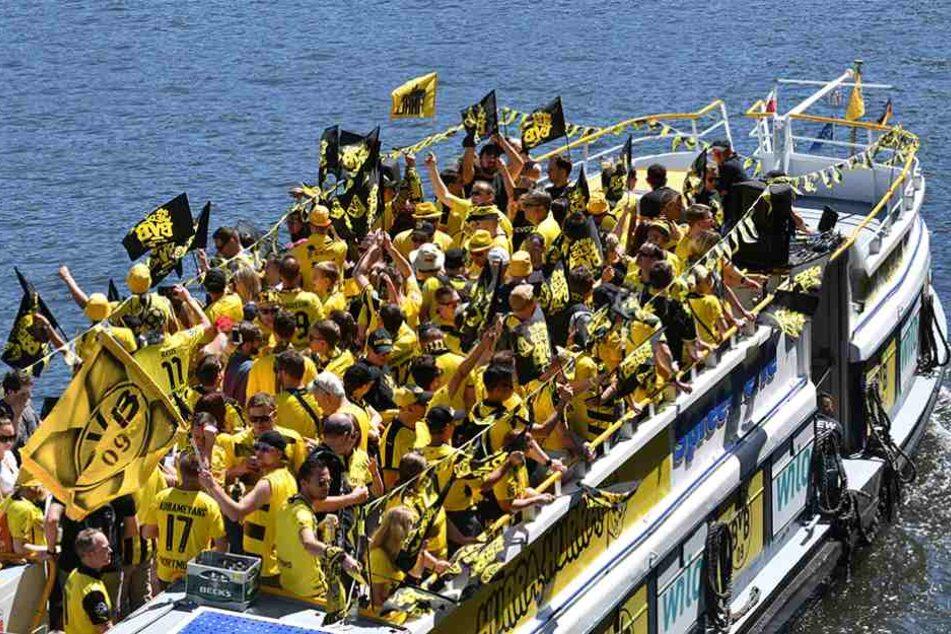 Dortmundfans auf einem Ausflugsschiff auf der Spree