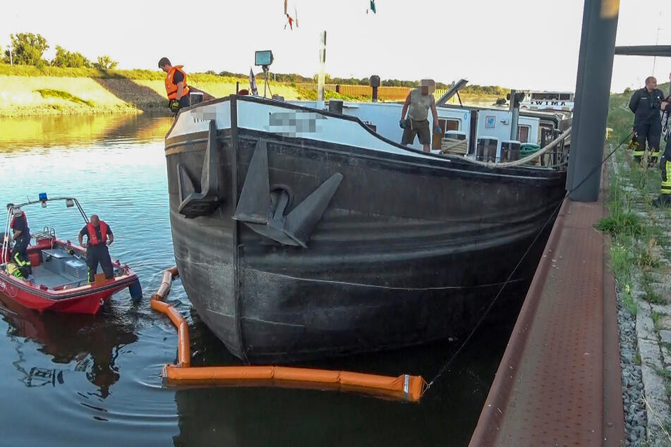Um einen Meter sank das Schiff tiefer in die Elbe.