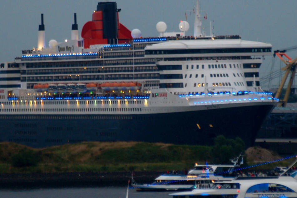 """Queen Mary 2"" verlässt Hamburg ganz in blau"