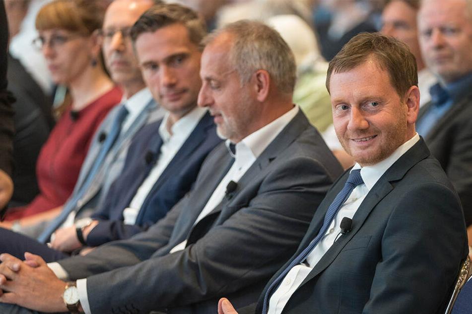 Sachsens Ministerpräsident Michael Kretschmer (44, CDU, r.) war gut gelaunt, saß vor der Debatte neben Rico Gebhardt (56, Linke).