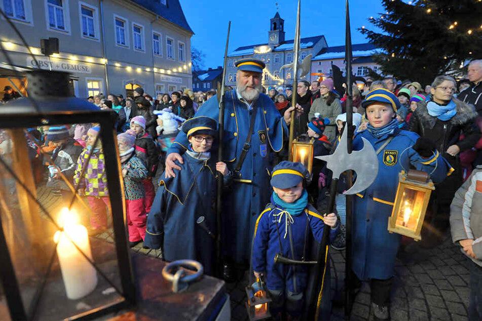 Bei der Lichtmess-Feier in Zwönitz ist auch der Nachtwächter mit seinen Helfern dabei.