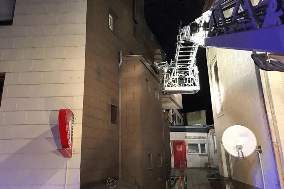Kollaps bei Hure: Feuerwehr birgt 150-Kilo-Freier aus Puff-Fenster