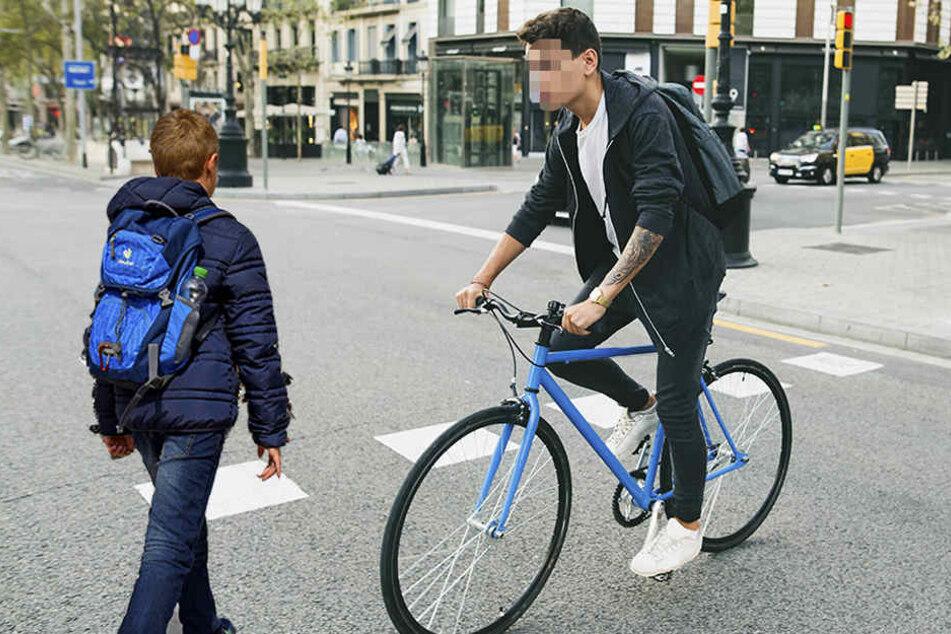 Am Donnerstagmorgen raste ein Radfahrer ein kleines Kind um. Er haute ohne zu helfen ab (Symbolbild).