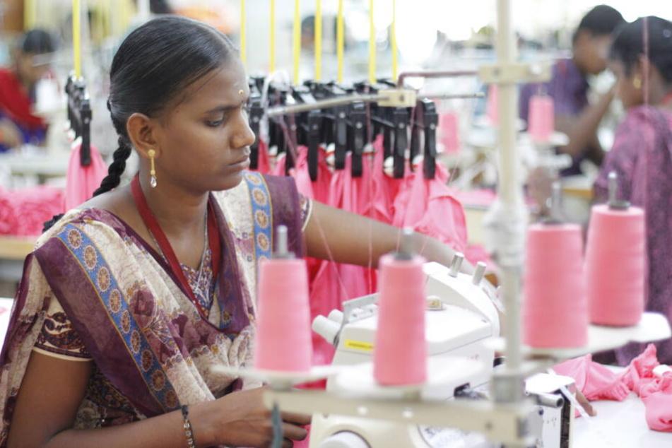 Eine Näherin in einer Fairtrade-Baumwollspinnerei.