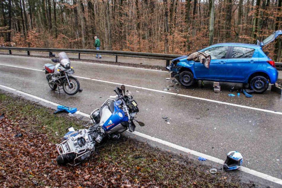 Das verunfallte Motorrad und der Toyota auf einer Landstraße bei Steinenbronn.